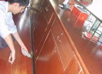 柜子与地板的缝隙内