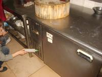 后厨冷藏柜散热孔内