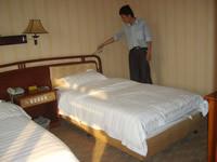 客房床头与墙缝隙内右侧